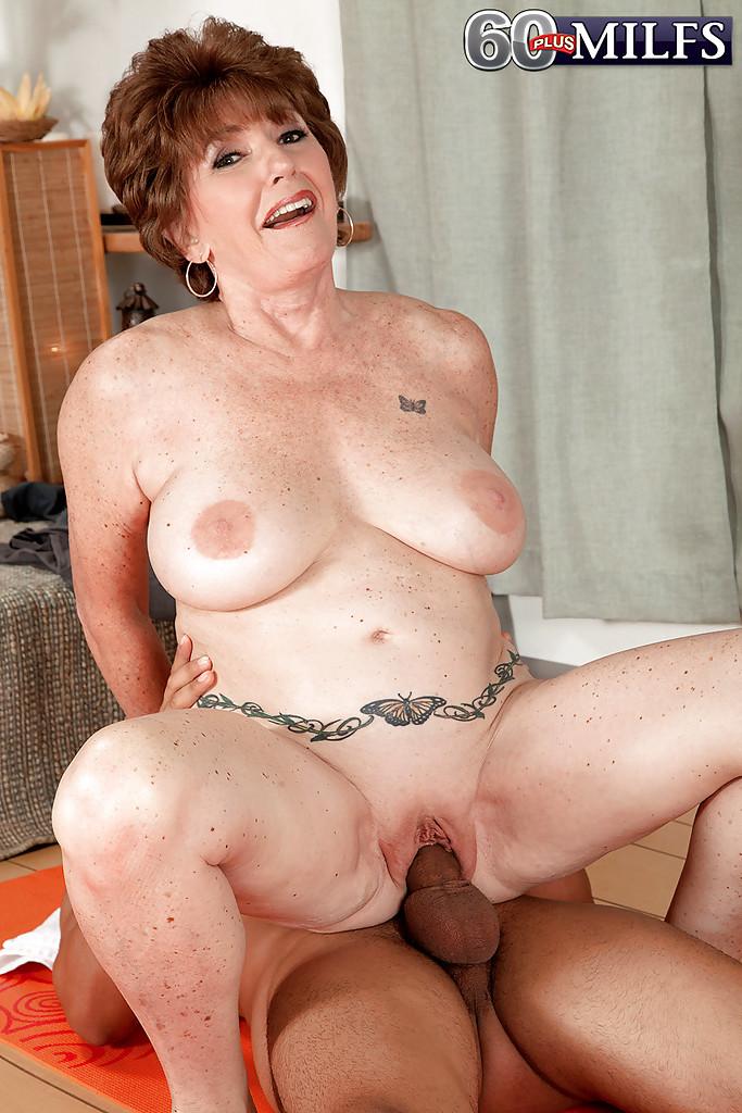 Молодой мулат трахает грудастую бабу на коврике для йоги