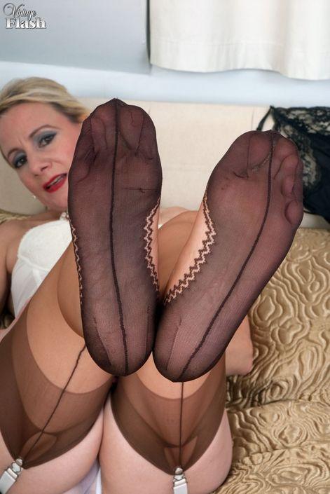 Очаровательная зрелая сучка в интимном белье без трусиков с голой вагиной