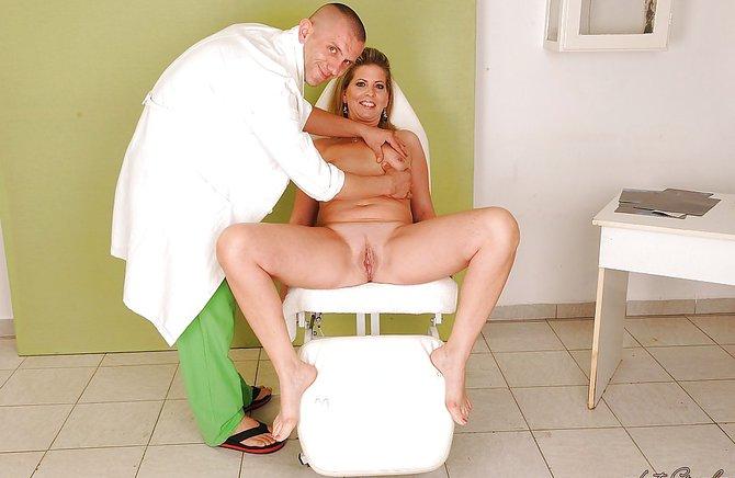 Озабоченный доктор еще раз выебал пациентку после осмотра